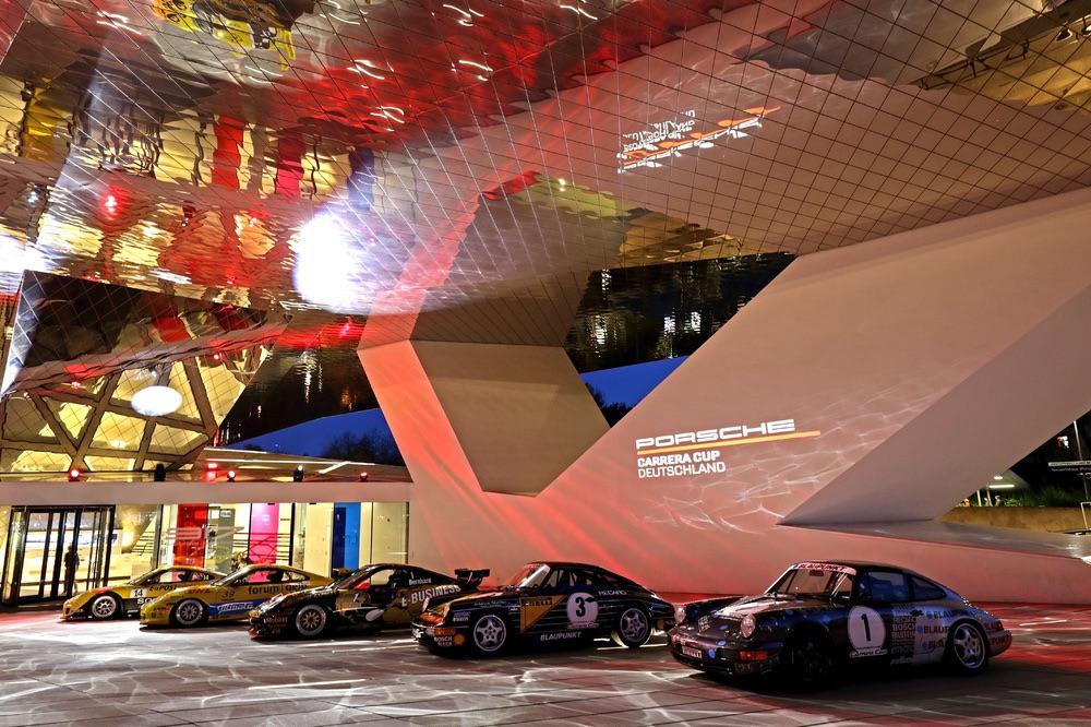 Meerdere generaties Porsche 911 Cup-auto's stonden zaterdagavond voor de ingang van het Porsche Museum opgesteld.